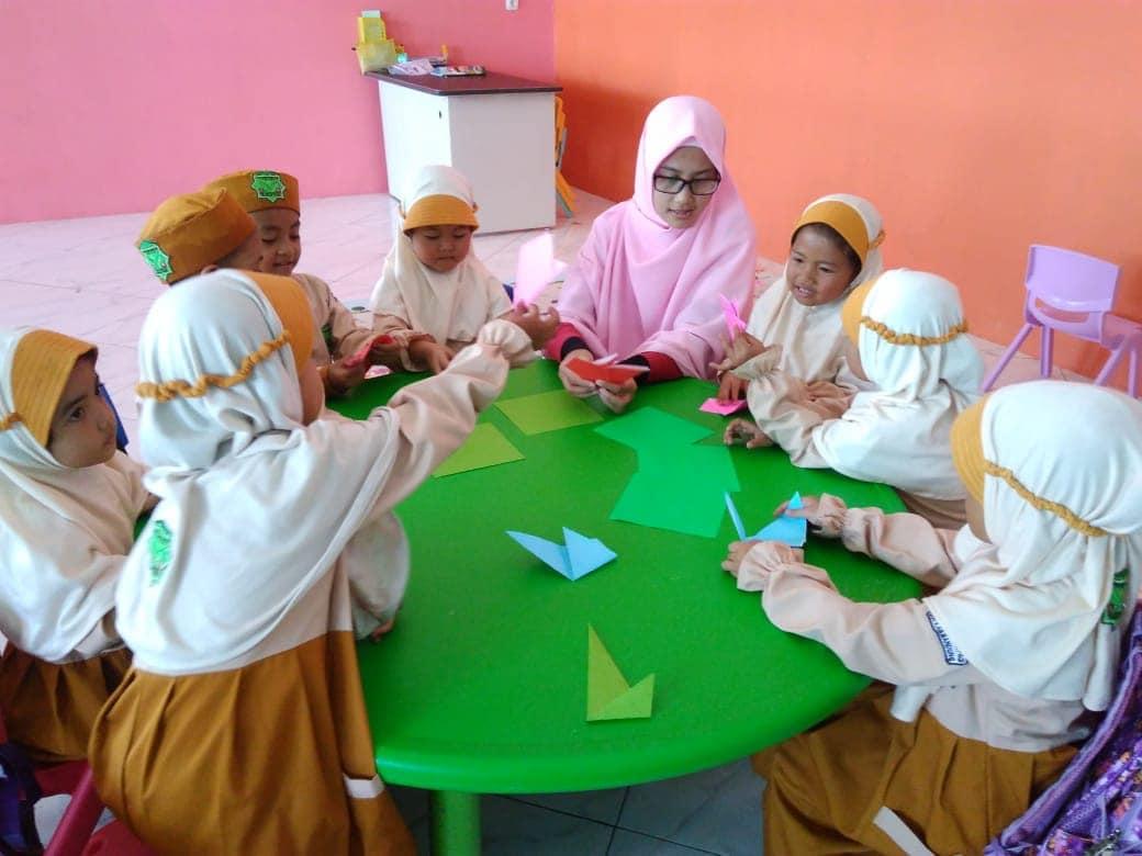 Anak-Anak TKIT MEP Belajar Origami